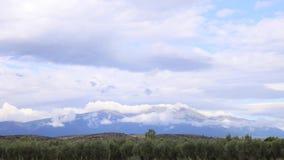 Lasso di tempo in una montagna con le nuvole video d archivio