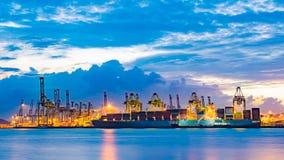 Last för fraktbåtskepppäfyllning på päfyllningsskeppsdockan på skymningtid Arkivfoto