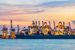 Last för fraktbåtskepppäfyllning på päfyllningsskeppsdockan på skymningtid Fotografering för Bildbyråer
