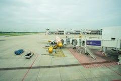 Last för NOKAIR-flygbolagpäfyllning på nivån på porten i Don Mueang den internationella flygplatsen DMK royaltyfri fotografi