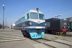 Last-och-passagerare diesel- lokomotiv TG-102 på plattformen Järnväg museum, St Petersburg Royaltyfri Bild