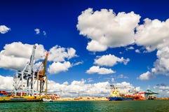 Last sträcker på halsen i port av Antwerp i Belgien Royaltyfri Foto
