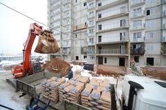Lasta av cement från en lastbil till konstruktionen Fotografering för Bildbyråer