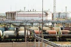 Lasta av och ladda stångbilar av olika oljaprodukter på Arkivbilder
