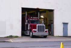 Lastar av den klassiska halva lastbilen för den röda stora riggen last på lagerporten Royaltyfria Foton