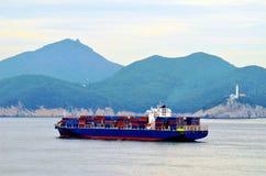 Lastbehållareskepp som ankommer till port av Busan, Sydkorea fotografering för bildbyråer