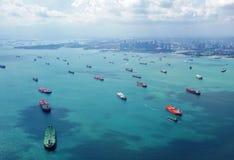 Lastbehållareskepp ställde upp för att skriva in porten av Singapore Royaltyfri Fotografi