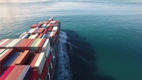 Lastbehållareskeppet seglar vågor till och med för havet, havet i öppet vatten arkivfilmer