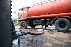 Lastbilöverföringsråolja från behållaren royaltyfri foto