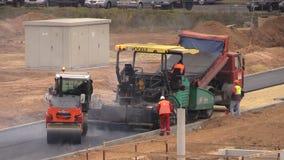 Lastbil, asfaltspridning och rullmaskiner Vägpaverarbetare stock video