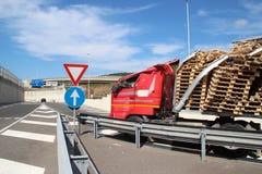 Lastbil av vägen, olycka arkivbild