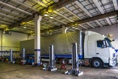 Lastbil- eller lastbilreparationen shoppar service Arkivfoto