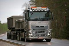 Lastbil för bronsVolvo FH16 kombination på vägen Arkivfoto