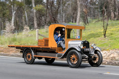 Lastbil 1926 för Chevrolet överman som K kör på landsvägen Arkivbild
