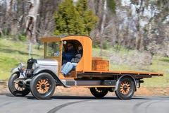 Lastbil 1926 för Chevrolet överman som K kör på landsvägen Royaltyfria Bilder