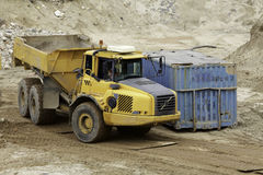 lastbil för förrådsplatsgrävskopahav Arkivbilder