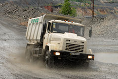 lastbil för förrådsplatsgrävskopahav Arkivfoto
