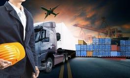 Lastbil för funktionsduglig man och behållare, skepp i port och fraktlast arkivbild