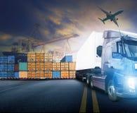 Lastbil för funktionsduglig man och behållare, skepp i port och fraktlast arkivfoton