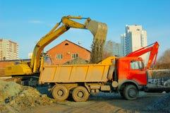 lastbil för jordgrävskopaflyttning Fotografering för Bildbyråer