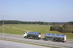 lastbil för landsbränslehuvudväg arkivfoto