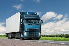 lastbil för landshuvudvägsommar arkivfoto