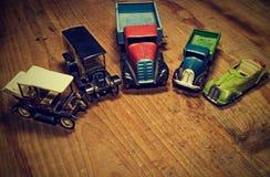 Lastbil för lastbil för tappningleksakbilar och konvertibel bil på brun träbakgrund Retro leksaker för pojkar Plan design med mel Royaltyfri Fotografi