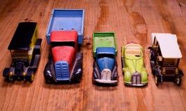 Lastbil för lastbil för tappningleksakbilar och konvertibel bil på brun träbakgrund Retro leksaker för pojkar Plan design med mel Royaltyfria Bilder