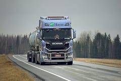 Lastbil för nästa generationSkåne R520 behållare på vägen Arkivfoto