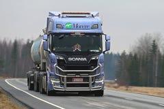 Lastbil för nästa generationSkåne R520 behållare på vägen Arkivbilder