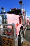 Lastbil för sportfartygleverans. Internationell båtmässa 2013 för fristadliten vik Royaltyfri Foto