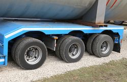 Lastbil för transport av tungt gods med två par av hjul fotografering för bildbyråer