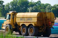 Lastbil för vattentankfartygord på konstruktionsplatsen royaltyfria foton