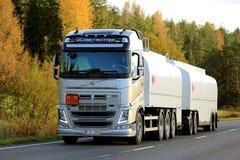 Lastbil för Volvo FH bränslebehållare på vägen Royaltyfri Bild