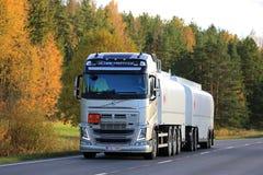 Lastbil för Volvo FH bränslebehållare på vägen Arkivfoto