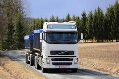 Lastbil för Volvo FH korntransport på landsvägen Arkivfoton