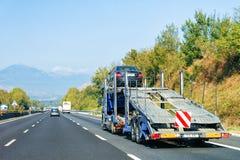 Lastbil för bilbärare på vägen transporter royaltyfri fotografi