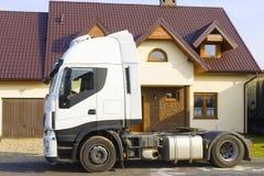 Lastbil framme av det förorts- huset Royaltyfri Fotografi