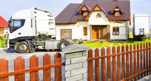 Lastbil framme av det förorts- huset Royaltyfria Bilder