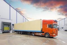 Lastbil, i avlastning i lager Arkivbilder