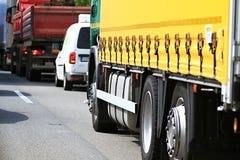Lastbil i en trafikstockning arkivbild