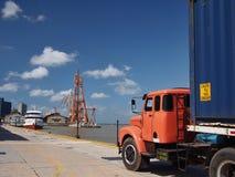 Lastbil i port Arkivbild