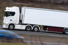 Lastbil i rörelse på motorwayen Royaltyfria Bilder