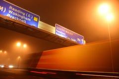 Lastbil i rörelse på natten Arkivbilder