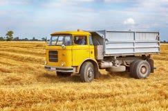 Lastbil lastbil på fält Arkivfoton