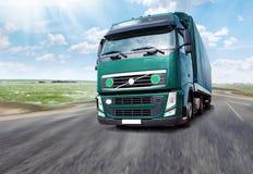 lastbil Lastbil som kör på autobahnen Arkivbild