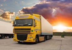 Lastbil - lasttrans. med solen royaltyfria bilder