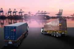 Lastbil med behållare- och skeppimportexporten Royaltyfri Fotografi