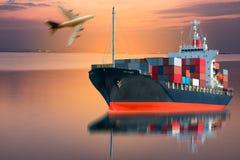 Lastbil med behållare- & skeppimportexporten Royaltyfria Bilder