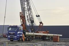Lastbil med betong som kör högar Arkivfoton